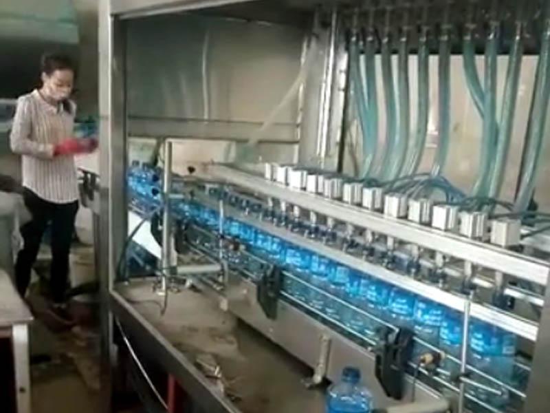 玻li水灌装机灌装xian场